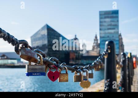 Liverpool, Reino Unido - 18 de julio de 2019: el amor candados en los muelles de Liverpool, el puerto de Liverpool, tarde en una tarde de verano