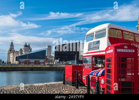 Liverpool, Reino Unido - 18 de julio de 2019: hermosa escena alrededor de las aguas de la Canning atraca en Liverpool en la renovada docklands