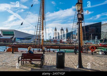 Liverpool, Reino Unido - 18 de julio de 2019: Una mujer disfruta de la escena alrededor de las aguas de la Canning atraca en Liverpool en la renovada docklands