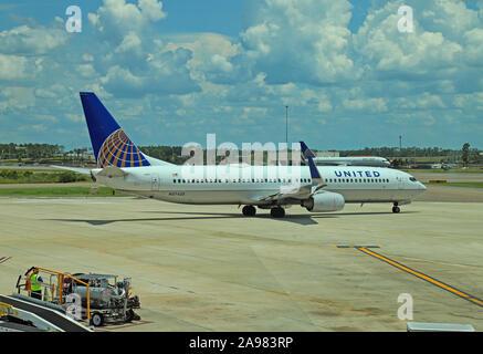 United Airlines Boeing 737-900 N37420 taxying sobre la plataforma.