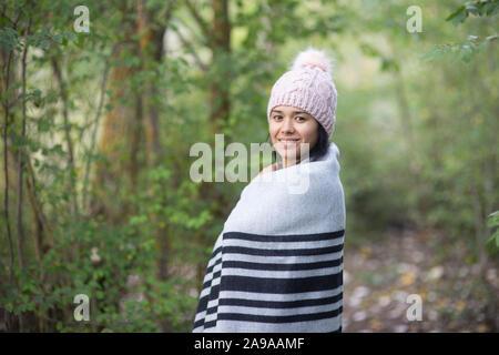 Joven morenita mujer con sombrero en otoño