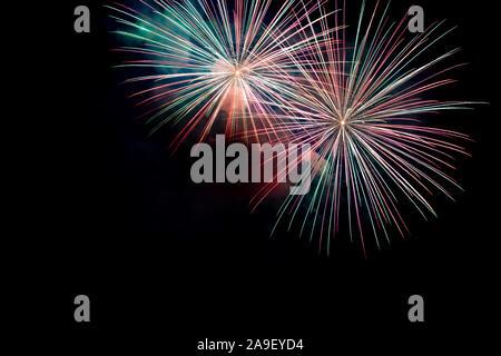 Verde Rojo brillante fuegos artificiales de fondo en una escena nocturna. Resumen de color de fondo y el humo de fuegos artificiales en el cielo