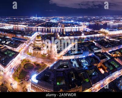 Vista panorámica aérea nocturna en San Petersburgo, Rusia. Encendido de la catedral de San Isaac, el río Neva, puentes y la fortaleza de San Pedro y san Pablo