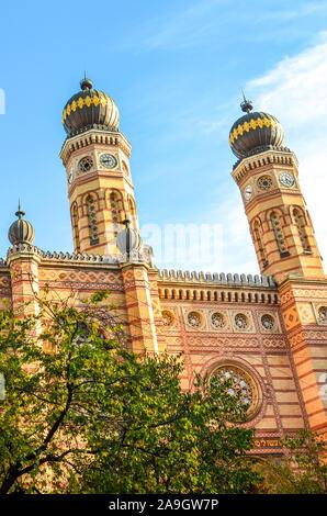 Foto vertical de la Gran Sinagoga de Budapest, capital de Hungría. La Sinagoga de la calle Dohany, la sinagoga más grande de Europa. Centro de judaísmo Neolog. Adornamiento de la fachada y dos cúpulas en forma de cebolla.