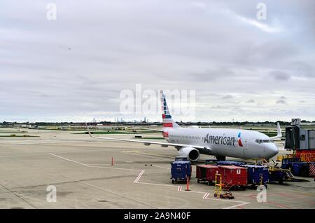 Chicago, Illinois, Estados Unidos. Un avión de American Airlines listos para la salida en el Aeropuerto Internacional O'Hare.