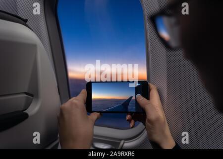 Viajero tiene foto con el smartphone mientras el avión