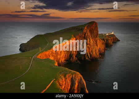 Atardecer en Neist Point, Cliff cabeza con faro en la Isla de Skye, Escocia, UK.hermosos paisajes de la costa escocesa dramático al anochecer.Resplandor en roca. Foto de stock
