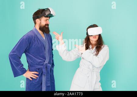 Crear tu realidad. mundo de immagination. Familia par llevar gafas vr. chica y man hipster relájese en albornoz. La mañana empieza con la tecnología del futuro. digital pareja. La innovación en las relaciones familiares.