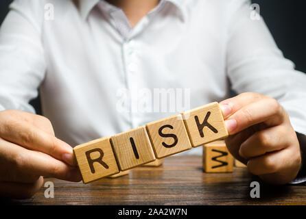El hombre descuidadamente plantea la palabra riesgo. Los altos riesgos en los negocios, el frágil equilibrio y la inseguridad. La prudencia y previsión de posibles problemas y sho