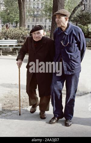 """""""Viejos camaradas"""" dos ancianos caballeros compartir un paseo en París en la década de los 70's Foto de stock"""