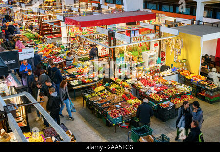 Mercado interior grande con gente de compras caminando numerours puestos de venta de frutas y otros alimentos. Wroclaw, Polonia. Foto de stock