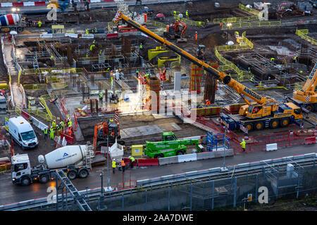 Londres, Inglaterra, Reino Unido - 4 de noviembre de 2019: Constructores verter hormigón en una obra de construcción en el Parque Olímpico durante la regeneración del Stratford neighbo Foto de stock