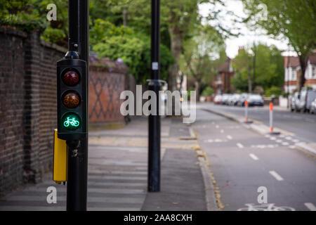 Brentford, Inglaterra, Reino Unido - El 4 de mayo de 2019: los ciclistas' semáforos de bajo nivel de juego le da una luz verde en el Boston Manor Road cycleway en el oeste de Londres.