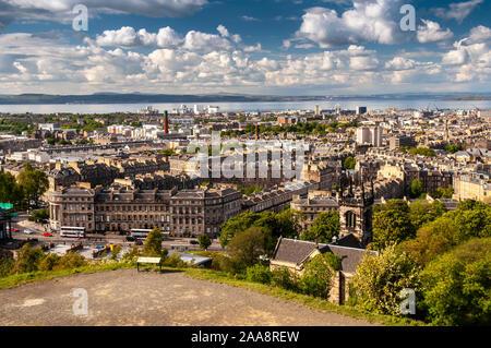 Edimburgo, Escocia, Reino Unido - 30 de mayo de 2011: el sol brilla en el paisaje de la villa y puerto de Leith, visto desde Calton Hill.