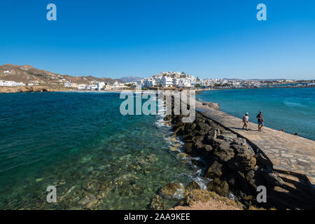 Naxos, Grecia - Julio 12, 2019: Vista de la capital de Naxos Chora DESDE LA portara zona de paseo en una tarde soleada