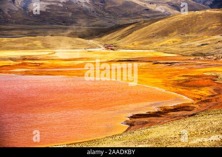 Laguna Miluni un reservorio alimentados por el agua de fusión del glaciar del pico andino de Huayna Potosí. Como las causas del cambio climático los glaciares se derriten, el suministro de agua para la Paz, la ciudad capital de Bolivia se seca rápidamente. Los Andes, Bolivia. De octubre de 2015.