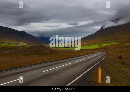 Corona islandesa road highway 1 a través de la zona de las montañas, Islandia