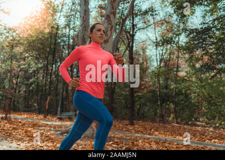 Mujer jogging en el parque