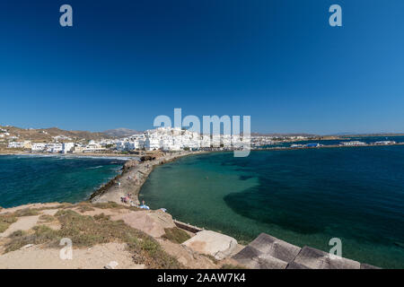Capital de Naxos Chora, visto desde el paseo marítimo al atardecer.