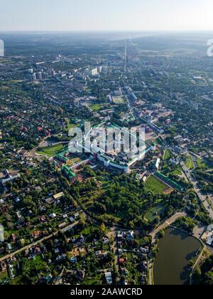 Vista aérea de la Lavra de la Trinidad de San Sergio contra el cielo de la ciudad, Moscú, Rusia
