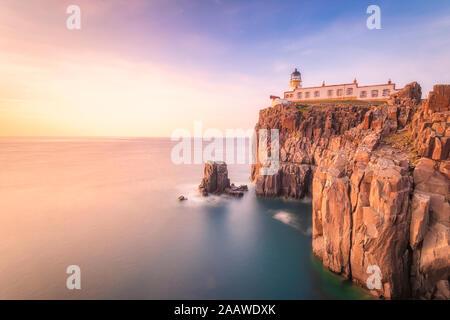 Neist Point Lighthouse por mar durante el atardecer, Waterstein, Isla de Skye, Highlands, Scotland, Reino Unido Foto de stock