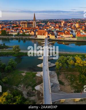 Vista aérea del puente de piedra sobre el río Danubio en Ratisbona, Baviera, Alemania