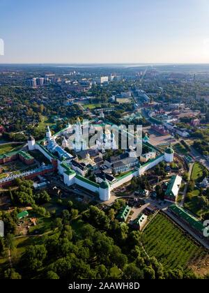 Drone shot de Lavra de la Trinidad de San Sergio contra el cielo claro en la ciudad de Moscú, Rusia