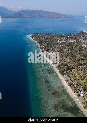 Vista aérea de la isla Gili-Air con antecedentes en la isla de Lombok, en Bali, Indonesia