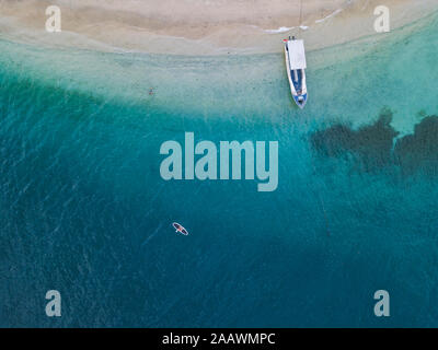 Zumbido de paddleboard Gili-Air shot en la isla de Bali, Indonesia