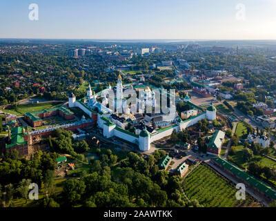 Drone shot de Lavra de la Trinidad de San Sergio contra el cielo claro, Moscú, Rusia
