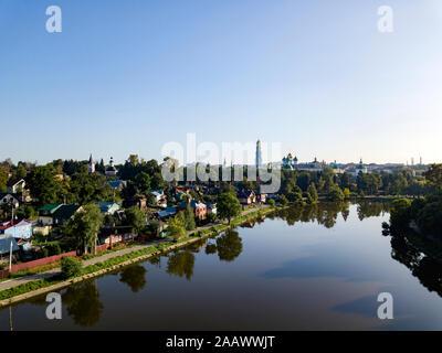 Un alto ángulo de visualización del río contra el cielo claro en la ciudad de Moscú, Rusia