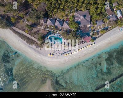 Drone vista de árboles que crecen en la playa en Isla Gili-Air, Bali, Indonesia
