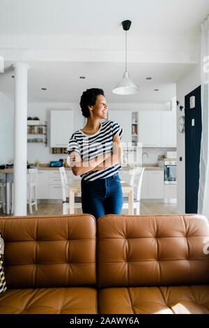 Mujer joven feliz en casa