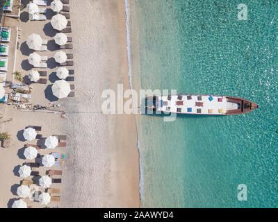 Vista aérea del barco anclado en la orilla de la isla Gili-Air durante el día soleado, Bali, Indonesia