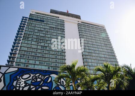 Fachada del Hotel Habana libre con palmeras