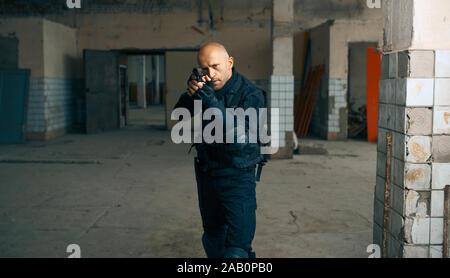 El hombre con la pistola, zombie apocalypse, fábrica abandonada