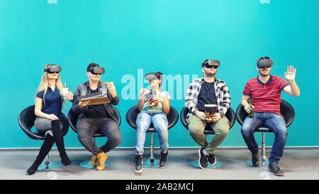 Grupo de amigos utilizando la nueva tecnología jugando en vr interior - gafas de realidad aumentada virtual con gente divirtiéndose juntos