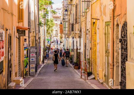 Las estrechas calles del casco antiguo de la ciudad, Le Panier, Marseille, Bouches du Rhône, Provence, Francia, el Mediterráneo, Europa