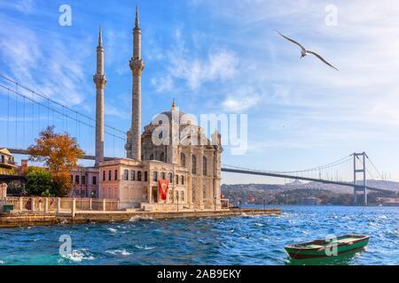 Hermosa Mezquita Ortakoy en Estambul, Cerrar vista. Foto de stock