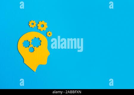Cerebro trabaja de concepto. Las ideas, la creatividad concepto de la cabeza humana con engranajes sobre fondo azul.