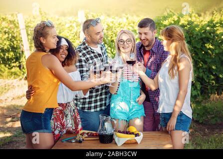 Grupo de Amigos en wine tour en viña - gente joven que viaja y habiendo partido cata de vinos - Amistad, durante el verano, la comida vino concepto saludable