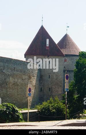 Antiguas murallas y torres vigías en Tallinn, Estonia Foto de stock