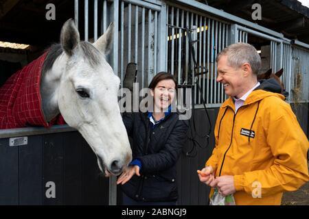 """Lasswade, Escocia, Reino Unido. El 28 de noviembre de 2019. Los liberales demócratas resaltar """"dos carrera de caballos en muchos escaños"""" en Lasswade escuela de equitación. El líder liberal demócrata escocés Willie Rennie y candidato de Berwickshire, Roxburgh & Selkirk, Jenny Marr, visitó el centro de equitación Lasswade para resaltar los liberlademócratas' lugar como principal competidor en muchos escaños en toda Escocia. Iain Masterton/Alamy Live News."""