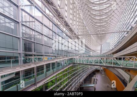 Tokio, Japón - Octubre 19, 2019: Vista del edificio Fórum Internacional de Tokio, con visitantes, en Tokio, Japón