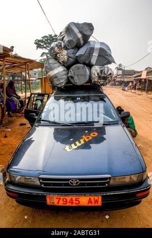 Taxi cargado en Kpalime, Togo.
