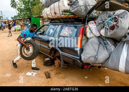 El cambio de neumáticos en Kpalime, Togo.