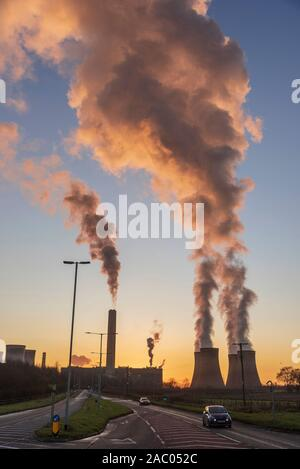 Fiddlers Ferry carbón Power Station al atardecer en noche de invierno.