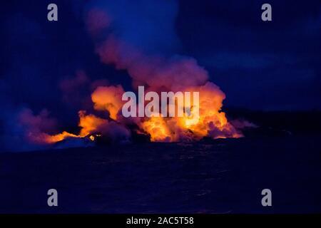 Agosto 2018: lava del volcán Kilauea fisura del 8 fluye hacia el océano frente a la costa de la Puna de la Isla Grande de Hawai'i. Esta imagen fue tomada un