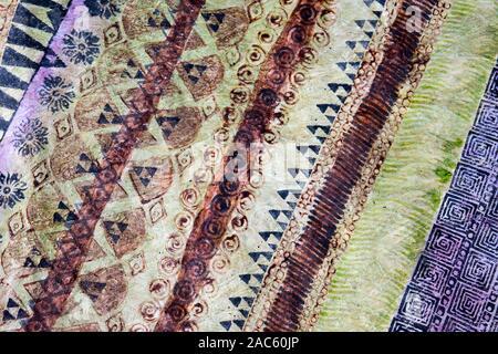 Una vista cercana de tapa (o paño kapa) después de haber sido teñidos y completado por el artista Roen Hufford, Isla Grande. La wauke (o papel) de corteza de morera t