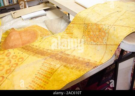 Un desenrollado trap (kapa o paño) después de haber sido teñidos y completado por el artista Roen Hufford, Isla Grande.
